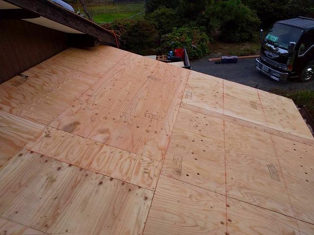 下屋の野地板ベニヤ施工完了