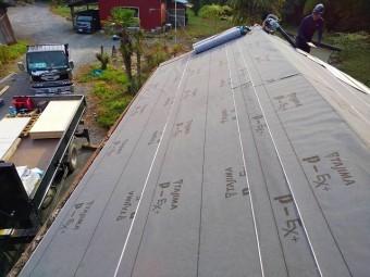 波トタン屋根施工前の改質アスファルトルーフィング施工