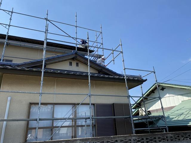 結城市の一文字瓦屋根の上で採寸する職人