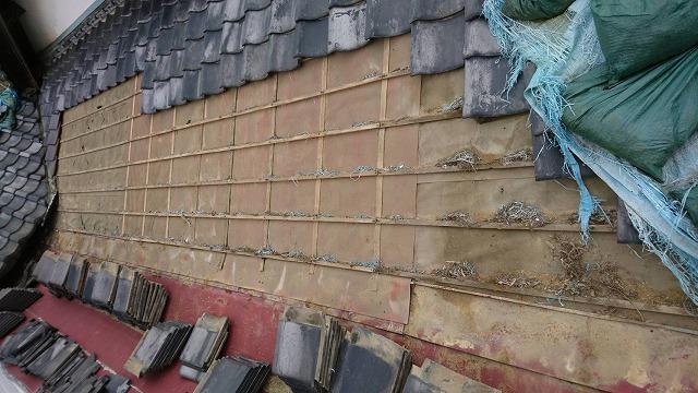 水戸市の瓦屋根葺き直し現場で瓦捲り上げ作業