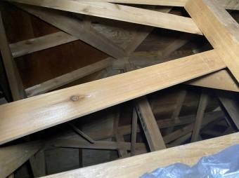 大棟の下地を天井裏から確認する