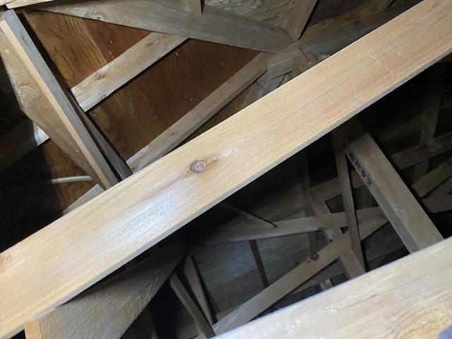 天井裏から屋根の野地板を確認