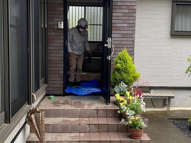 鹿嶋市で雨漏り調査を進めていきブルーシートにて玄関養生