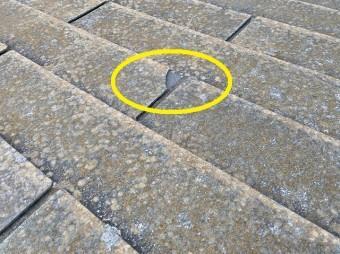 真新しい破損のスレートコロニアル屋根材の一部