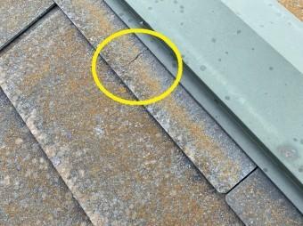 棟板金に緩衝する屋根材スレートのヒビ