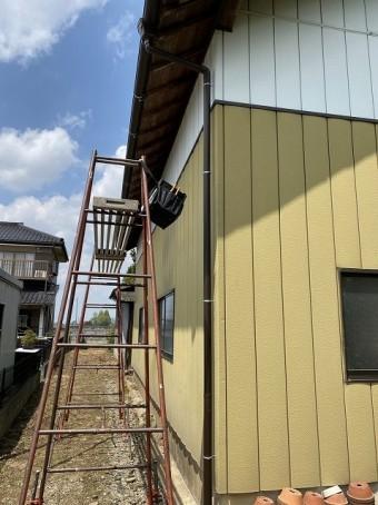 9尺脚立を使用し倉庫の西側に新規雨樋を施工