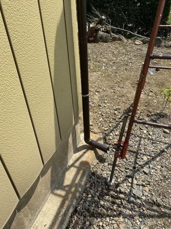新規に取り付けた竪樋の下段