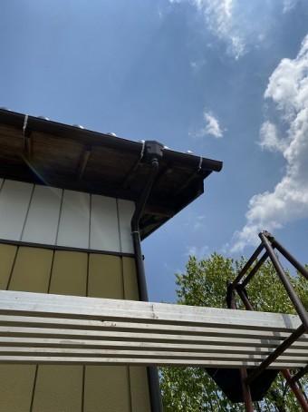 9尺脚立に踏板を渡し雨樋を施工