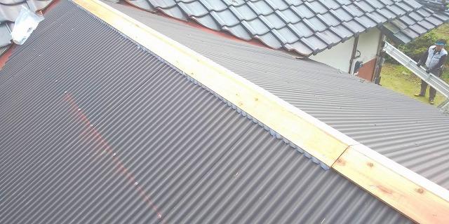 水戸市で波トタン屋根の水上面戸にコーキング