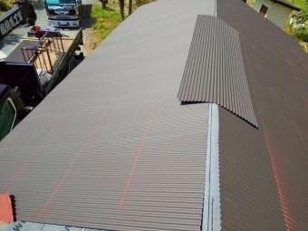 水戸市の波トタン屋根施工でチョーク水糸で印を付け、傘釘で留めていく