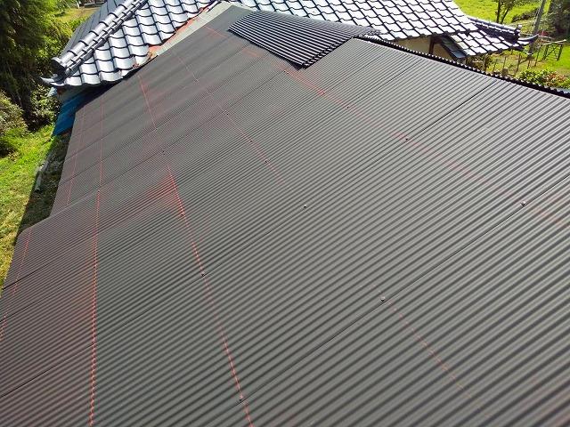 水戸市の波トタン屋根施工でチョーク水糸で印を付ける