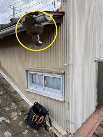 2階の軒樋は交換せず集水器から交換している取り直している画像