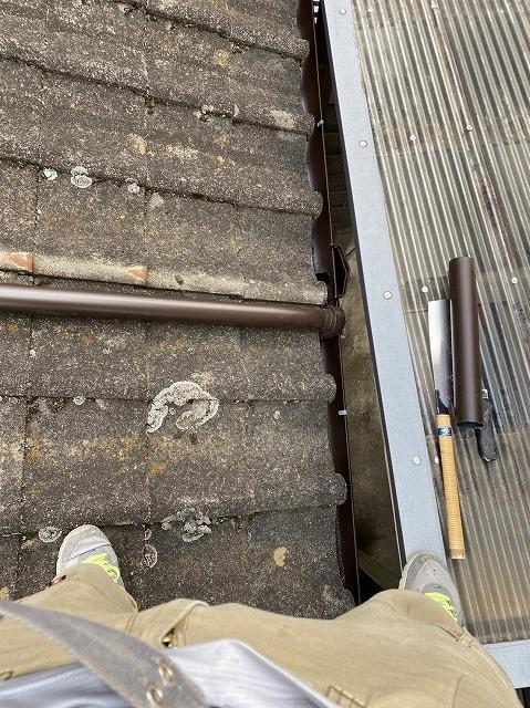 2階のからの這樋にエルボを付け1階の軒樋に連結