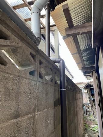 1階の集水器から落ちる竪樋をブロック塀伝いに施工