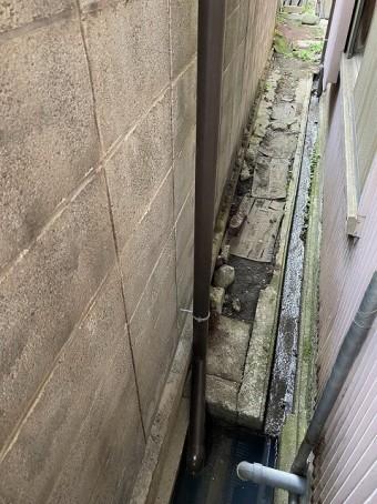 新しく取り直した竪樋を排水溝迄伸ばす