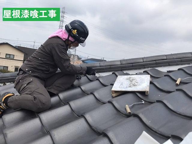 降り棟に漆喰工事を行う職人