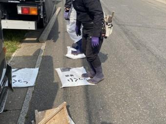 練り漆喰を足で踏み込み再度練り直す職人