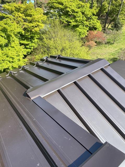 下屋根のガルバリウム鋼板被せ葺きが完成
