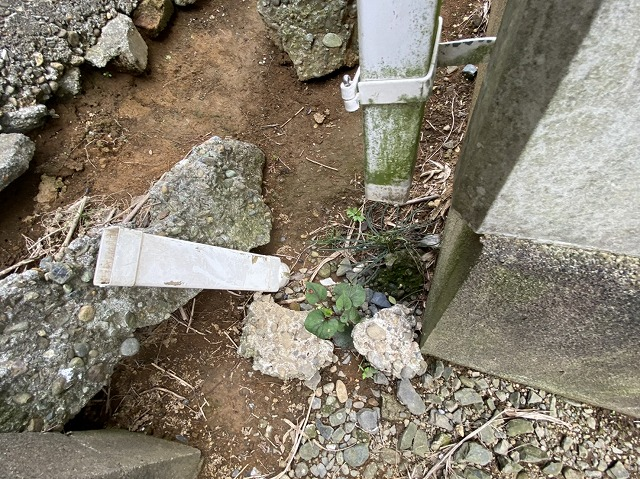 竪樋の一部のパーツが破損している