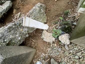 外れて飛ばされていた竪樋のパーツ