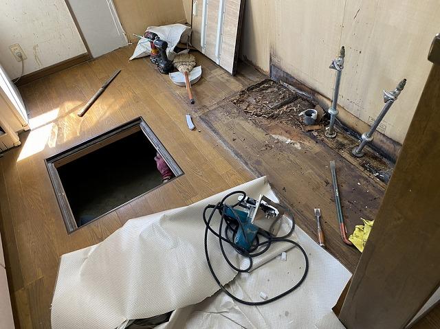 システムキッチンの解体が終わったフロアと床下収納庫の開口部