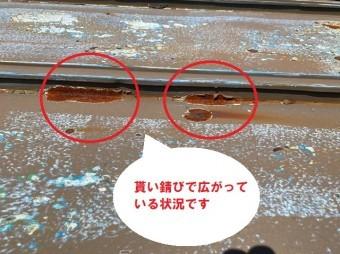 日立市の瓦棒葺き屋根雨漏りは経年劣化が原因で天井雨染み被害の現場調査の小屋裏雨漏り調査で錆が貰い錆びを受けています