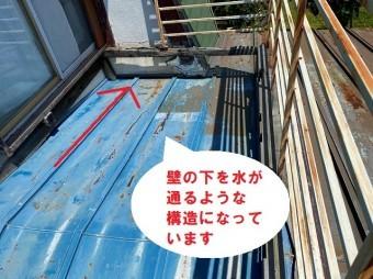日立市の瓦棒葺き屋根雨漏りは経年劣化が原因で天井雨染み被害の現場調査で壁の中を水が通っている構造屋根