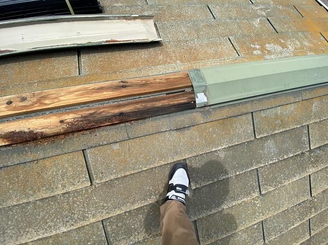 棟板金を外し貫板の状態を確認するスタッフ