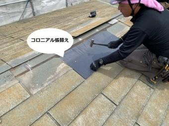 棟際に新しいコロニアルを葺く職人