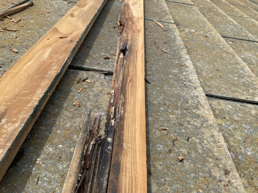 腐食した棟板金下の貫板