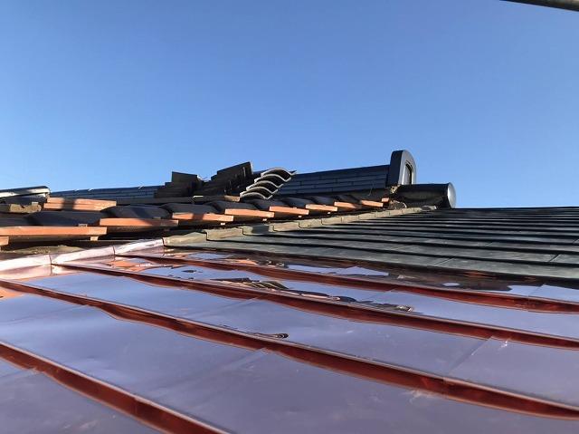 腰ぶき屋根の一文字瓦と銅板屋根を施工中