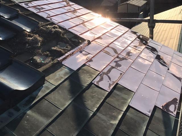銅板葺き替えを行った部分に太陽光が反射し眩しい