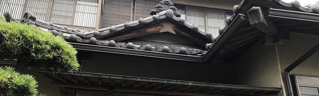 茨城町の現場で玄関庇部に取り付けられている角型雨樋