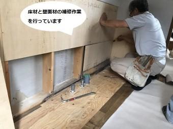 システムキッチンの下地を補修する大工職人