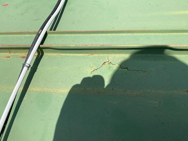 瓦棒葺きトタン屋根のサビ割れから雨水が侵入した可能性がある
