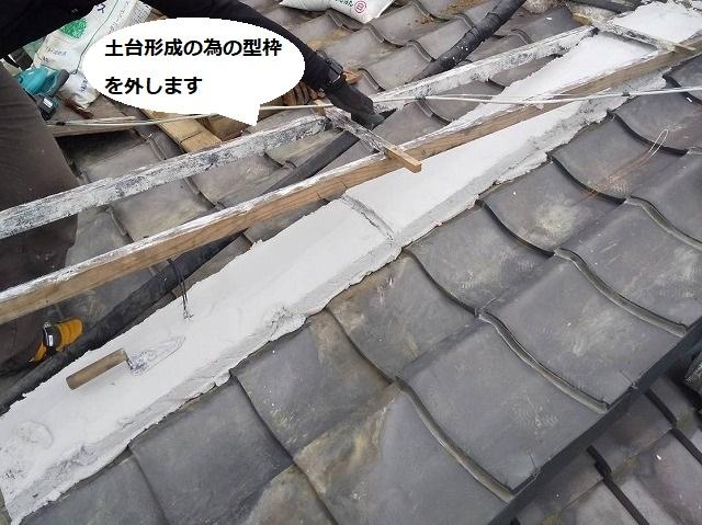 なんばん漆喰での降り棟の土台形成の為の型枠を外す場面