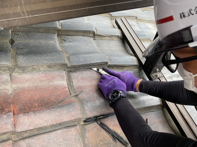 瓦のラバ―ロックをカッターで切る街屋根スタッフ