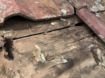 水戸市の屋根下地であるルーフィングが激しく劣化破損している