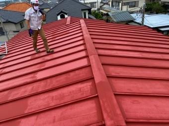 日立市の雨漏りしている瓦棒屋根上から調査していきます