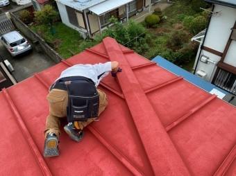 日立市の雨漏りしている瓦棒屋根上から降り棟板金を調査しています