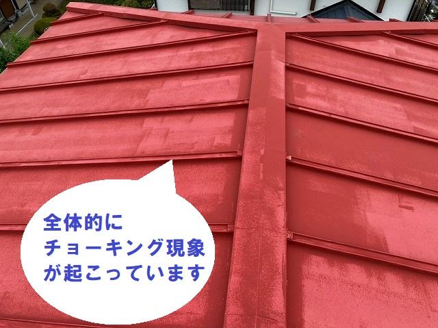 日立市の雨漏りしている瓦棒屋根上からみると屋根材にチョーキングが見られます