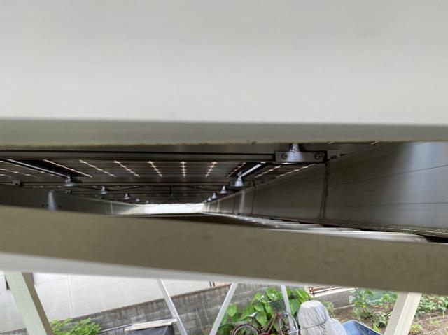 ガレージの鉄骨と鉄骨の隙間から覗き込んだ画像