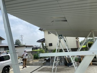 破損したガレージの裏地を調査する為の脚立を設置