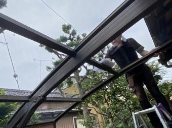 ポリカ―ボネート平板を仕上げで拭きあげる職人