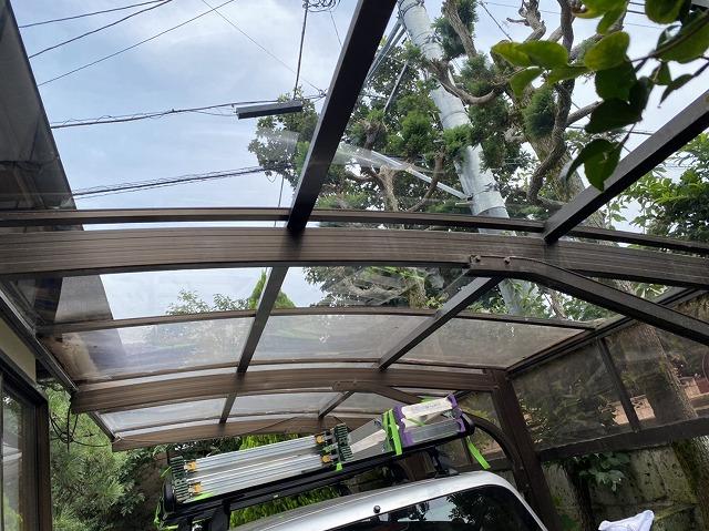視界が鮮明なクリアー色のカーポート屋根