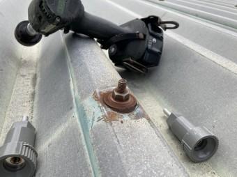 サビ取りを行った折板屋根のボルト