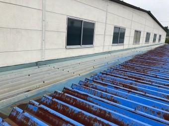折板屋根のケラバ雨押え板金から雨漏りがしていました