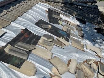 破損度合いの酷い廃盤セメント瓦
