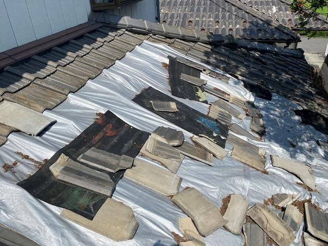 屋根工事前のグチャグチャに崩れたセメント瓦屋根