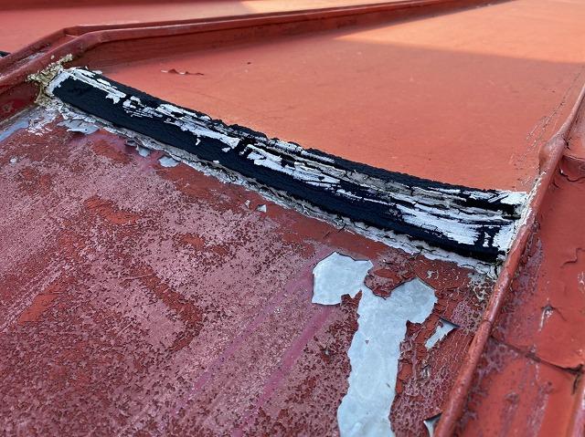 日立市の縦葺き屋根の棟をゴムとコーキングで補修